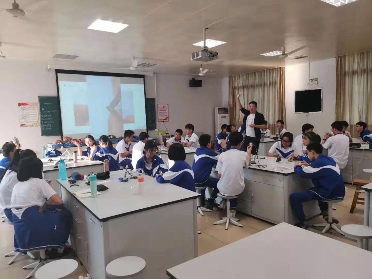 南方科技大学教育集团南山第二实验学校王旭阳讲授综合实践活动课程——制造智能控制板